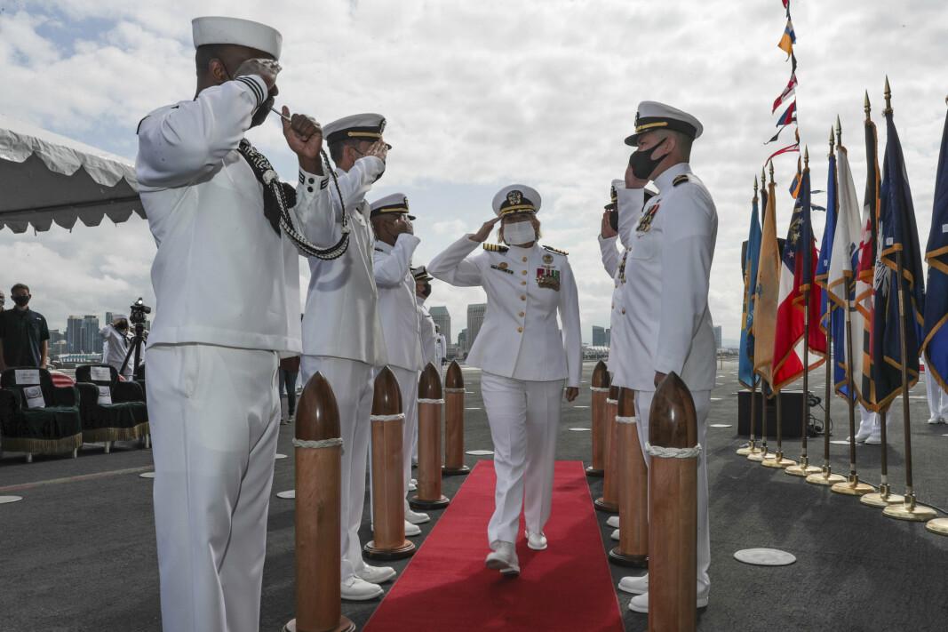 SJEFSSKIFTE: Kommandør Amy Bauernschmidt (midten) tar over kommandoen for hangarskipet USS Abraham Lincoln.