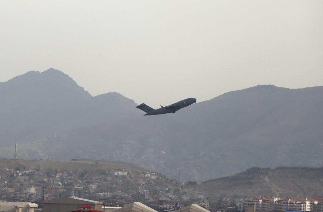 AFGHANISTAN-EXIT: Et amerikansk militærfly tar av fra Hamid Karzai International Airport i Kabul mandag 30. august 2021.