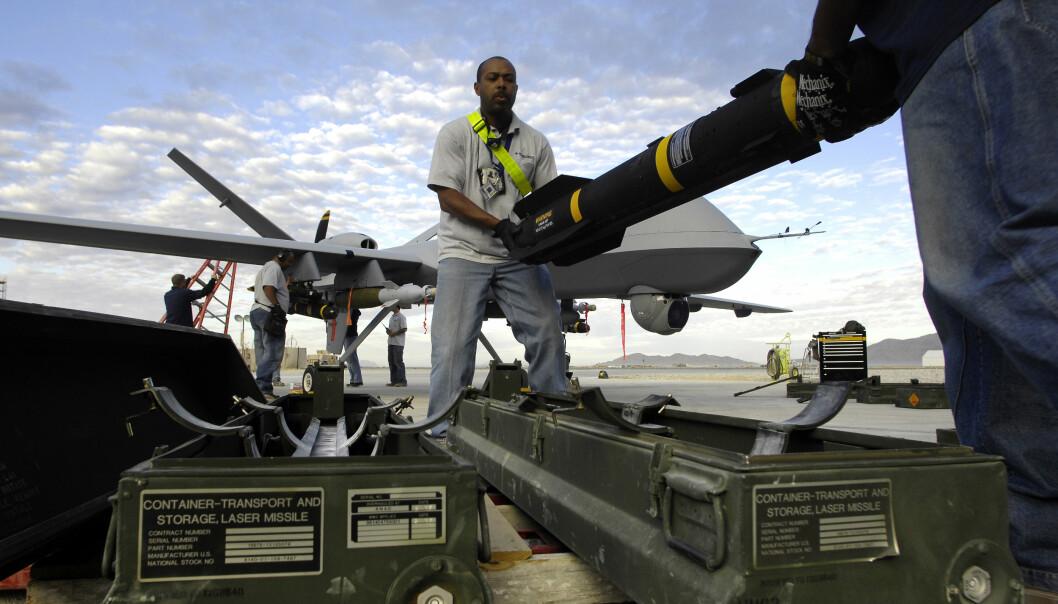 HELLFIRE: Et Hellfire-missil lastes på en MQ-9 Reaper drone i Afghanistan i 2007.