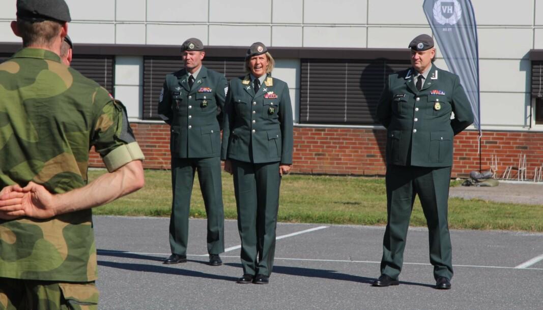 SJEFSSKIFTE: Oberstløytnant Remi Høyning (til høyre) blir ny sjef i HV-01. I midten står sjef Heimevernet, generalmajor Elisabeth Michelsen.