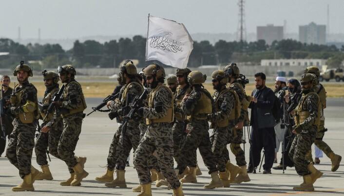 MARKERER: Soldater fra Taliban Badri spesialstyrker markerer at de har tatt kontroll over flyplassen i Kabul. Bildet er fra 31. august.