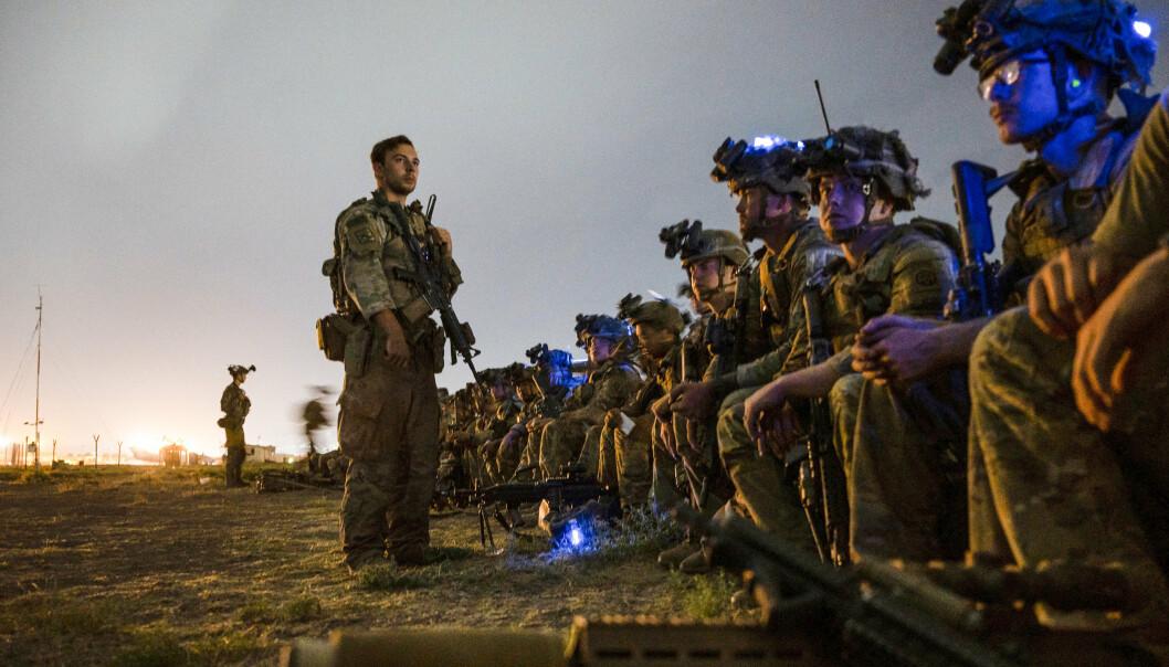 EVAKUERT: Amerikanske soldater venter på å gå om bord flyet som tok dem ut av Afghanistan. De siste amerikanske soldatene forlot landet mandag, 20 år etter at USA og Nato først invaderte.