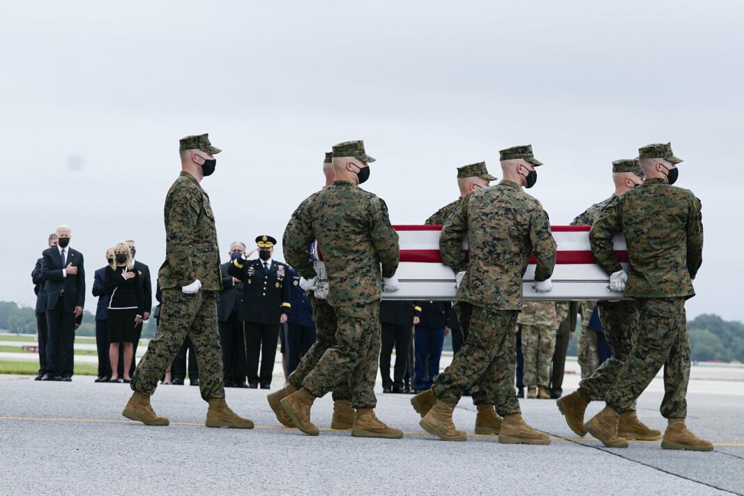 MENNESKELIV: Krigen i Afghanistan har kostet mange penger og mange menneskeliv. Soldatene på bildet bærer kisten til en av amerikanerne som ble drept i selvmordsangrepet ved flyplassen i Kabul i forrige uke. I bakgrunnen står president Joe Biden og hans kone Jill.