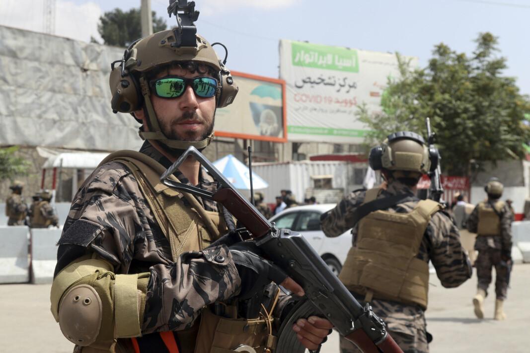 TALIBAN: En Taliban-soldat på flyplassen i Kabul tirsdag, etter at de siste amerikanske soldatene hadde reist fra byen. En del av våpnene som USA overlot til de afghanske regjeringsstyrkene, er nå overtatt av Taliban. Amerikanerne valgte å ødelegge luftfartøyer og våpen for store verdier før de forlot Afghanistan. B