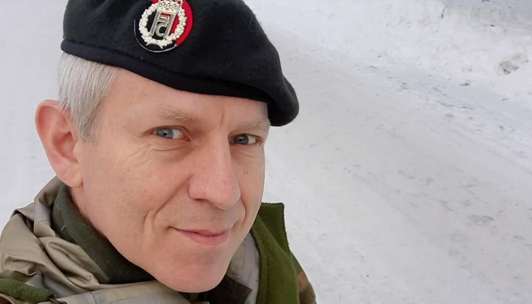 PIFFI-KRYDRET: Oberstløytnant Gunnar Gabrielsen har gjort et grundig stykke skredderarbeid med uniformen.