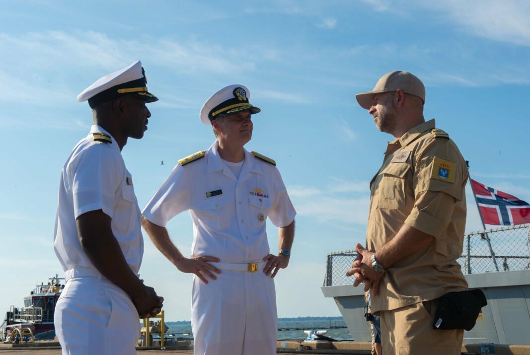 VELKOMST: Kontreadmiral Curt Renshaw (i midten), sjef for CSG-8, hilser skipssjef ved KNM Fridtjof Nansen, Ruben Grepne-Takle (t.h), velkommen til Naval Station Norfolk i Virginia.