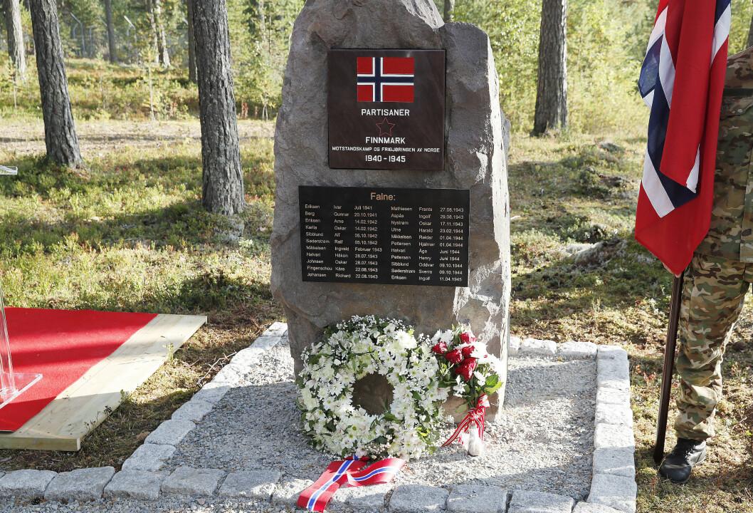 AVDUKET: Slik ser minnesteinen over partisanenes innsats som mandag ble avduket på Rena ut.