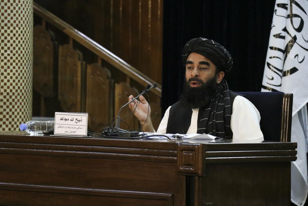 NY REGJERING: Taliban-talsmann Zabihullah Mujahid under en pressekonferanse i Kabul mandag 6. september. Tirsdag kunngjorde han Talibans nye regjering.