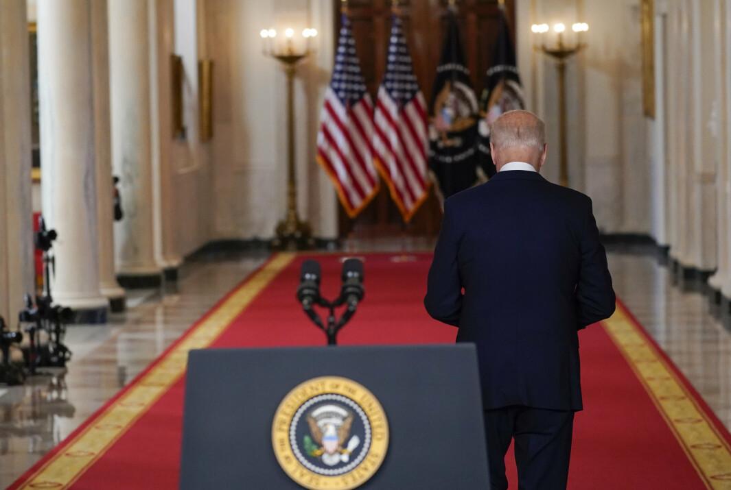 USAs president Joe Biden på vei vekk fra podiet etter å ha holdt en tale om slutten på den 20 år lange krigen i Afghanistan 31. august.
