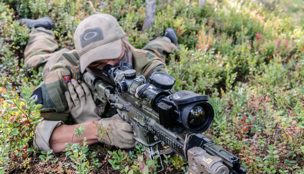 SKARPSKYTTER: En skarpskytter fra Telemark bataljon med det nye termiske siktet.