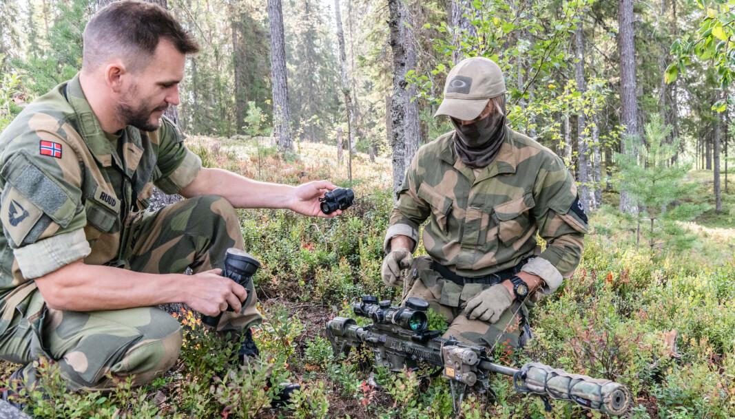 NYTT MATERIELL: Mesterserjant Alexander Ruud fra Hærens Våpenskole (t.v.) jobber med anskaffelse av de nye siktene.