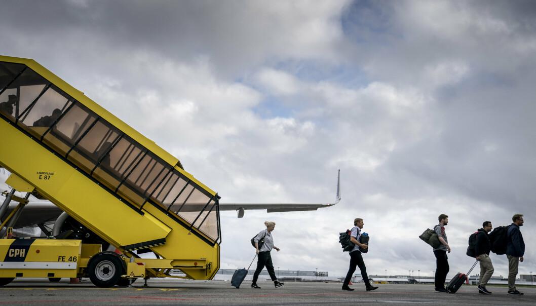 SISTE FLY: Passasjerer går av det siste flyet fra evakueringen fra Afghanistan, på Kjøbenhavn lufthavn Kastrup.