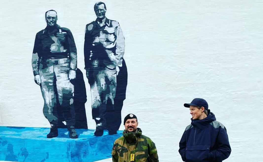 DA OG NÅ: Kronpris Haakon og kunstner Lasse Brurock foran sistnevntes motiv av daværende kronprins Olav sammen med oberst A. D. Dahl i Porsangermoen militærleir i 1945.