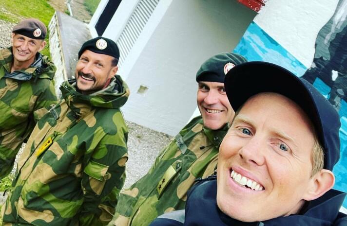 GJENGEN: Kunstner Lasse Brurock (t.h), sammen med hærsjef Lars Lervik, kronprins Haakon og forsvarssjef Eirik Kristoffersen (t.v).