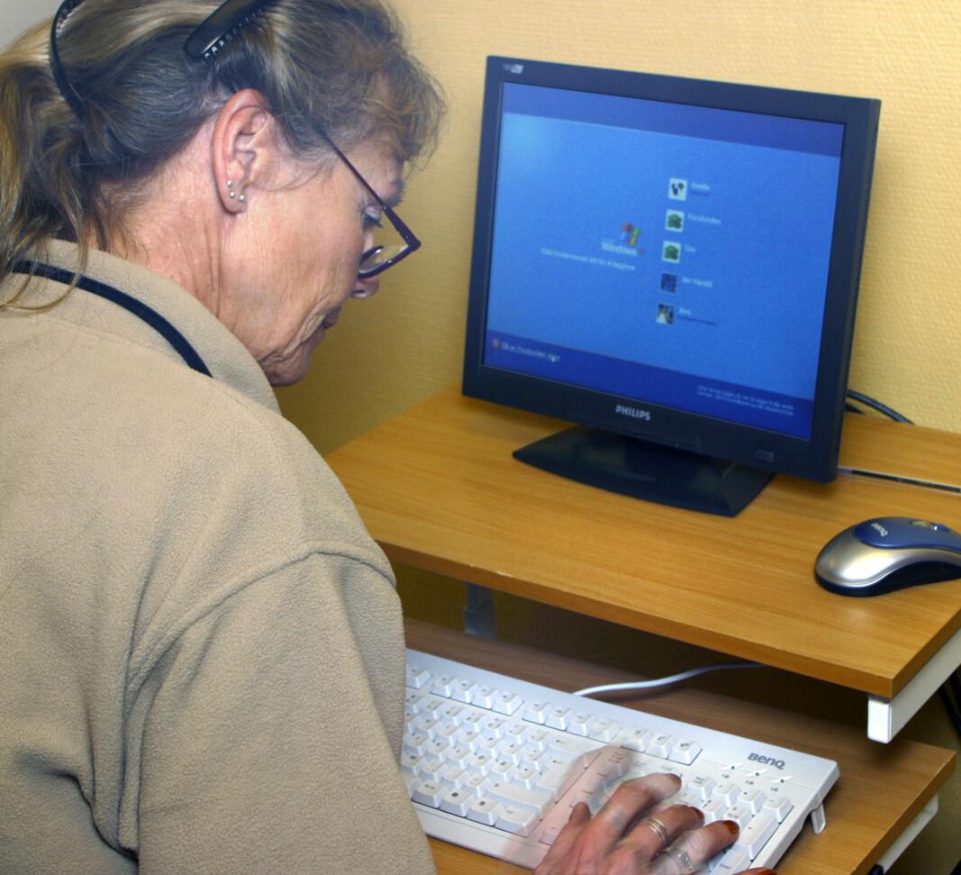 PÅ NETT: Eldre aldersgrupper syns det er vanskeligere enn yngre å identifisere desinformasjon.