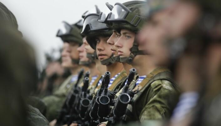 SOLDATER: Russiske soldater deltar i en parade under øvelse Zapad-2017. Syv land deltar i årets øvelse.