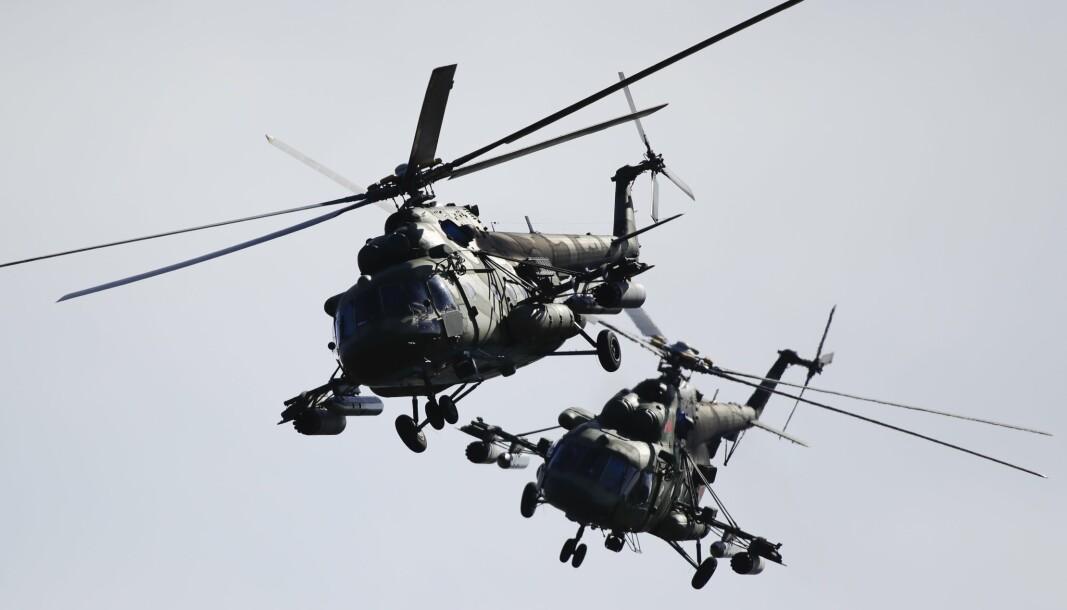 ZAPAD: To militærhelikoptre under øvelse Zapad i 2017. Rundt 200.000 soldater deltar i årets øvelse.