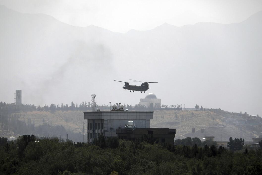 KABUL: Et amerikansk helikopter flyr over den amerikanske ambassaden i Kabul. Pilotene som er anholdt i Tajikistan skal være trent opp av det amerikanske forsvaret.