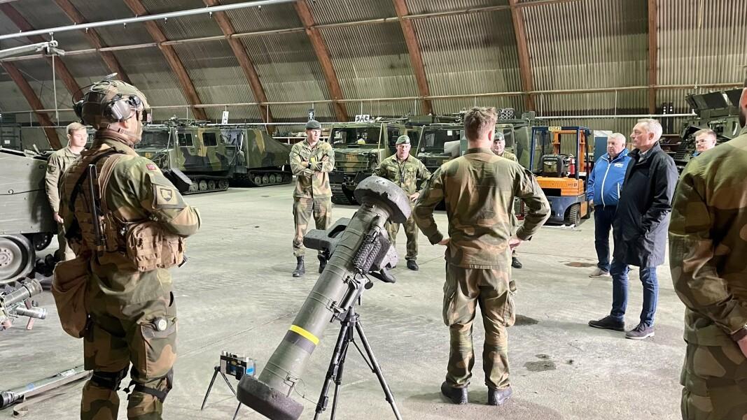 MINISTER-BESØK:Forsvarsminister Frank Bakke-Jensen møter soldater under besøket ved Garnisonen i Porsanger.