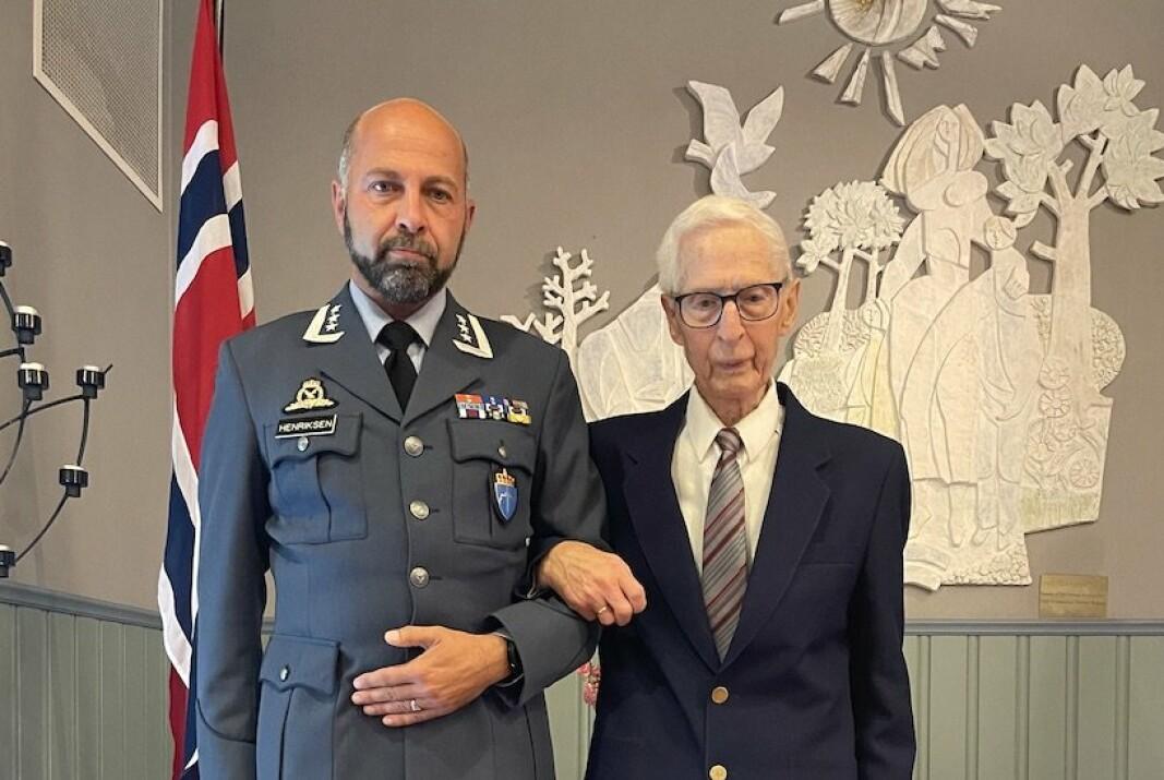 PÅ MARKERING: Veteraninspektør Morten Henriksen og veteran Einar Eskedal under fredagens seremoni.