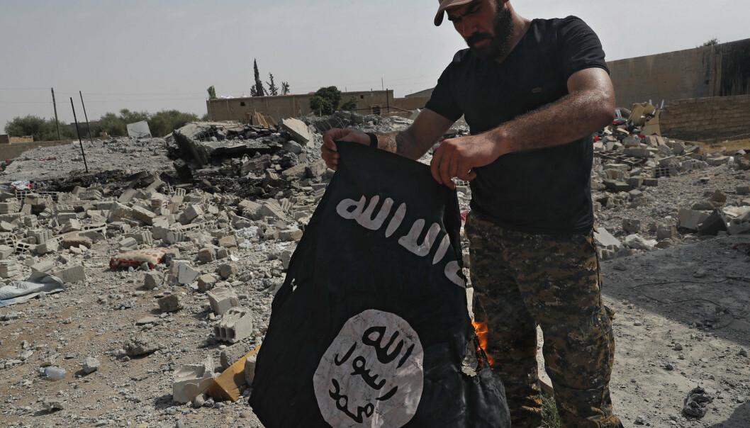TERROR: Krigen mot terror ble ikke vunnet, skriver Anders Romarheim. Her ser vi en kriger i som brenner et IS-flagg i Syria i 2017.