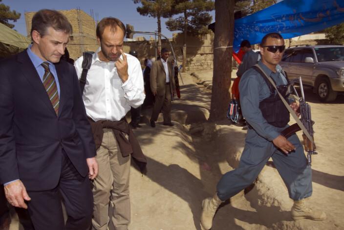 DIPLOMAT: Daværende utenriksminister Jonas Gahr Støre og daværende avdelingsdirektør i UD, Torgeir Larsen, under et besøk i Afghanistan i 2008.