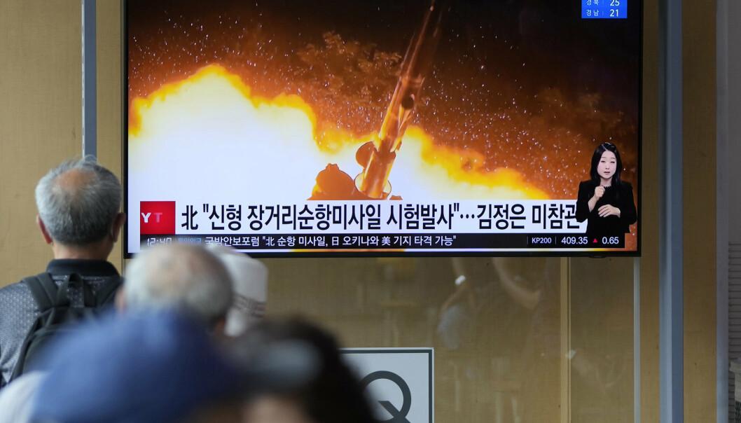 TEST: En TV-skjerm i Sør-Koreas hovedstad Seoul viser bilder fra mandagens rakettest i Nord-Korea. Onsdag meldes det av Nord-Korea igjen har prøvet ut sine rakettvåpen.