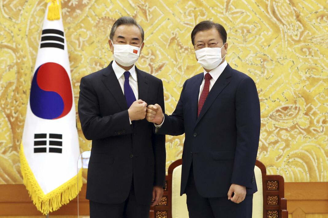 MØTE: Kinas utenriksminister Wang Yi (t.v.) møtte onsdag Sør-Koreas president Moon Jae-in i presidentpalasset i Seoul. Analytikere mener at det ikke er tilfeldig at Nord-Korea har testet nye raketter samtidig med det diplomatiske møtet.