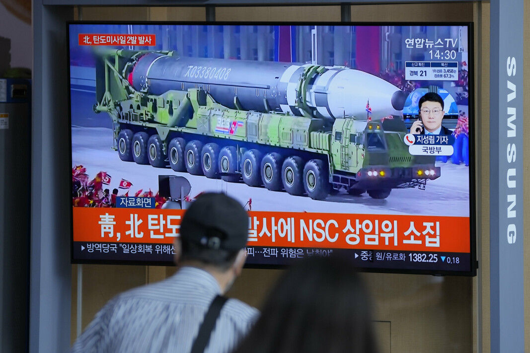 MISSIL: TV-bilder viser en enorm rakett som blir fraktet av et militært kjøretøy i Nord-Korea.