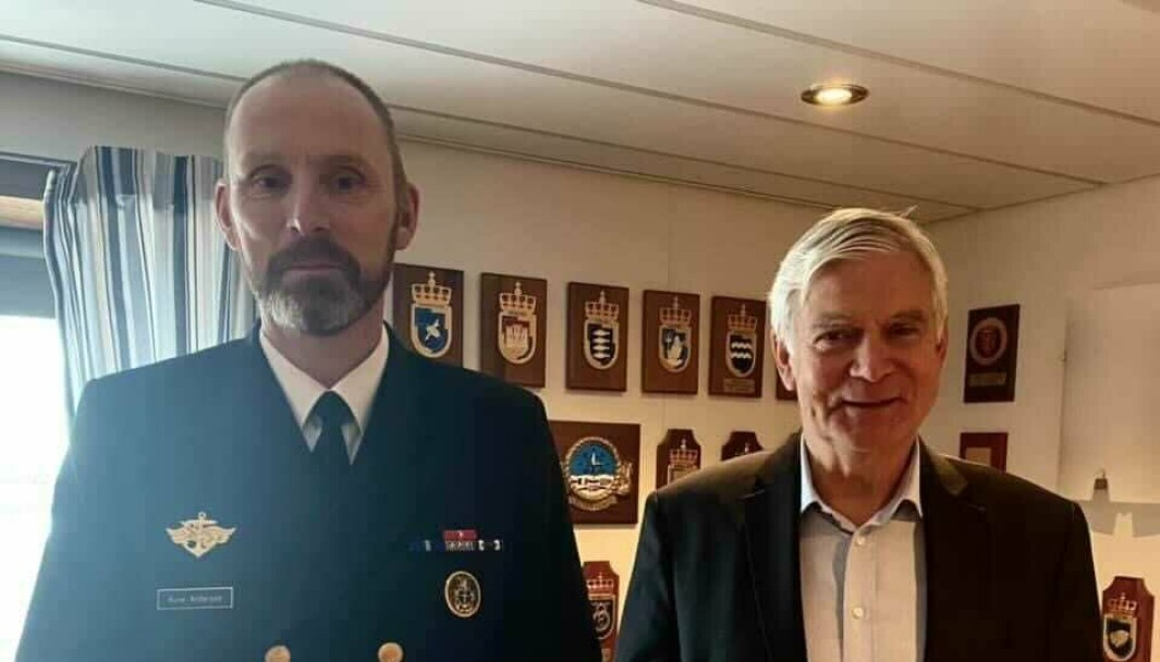 MEDALJE: Sjef Sjøforsvaret Rune Andersen overrakte medaljen til Svein Efjestad onsdag 15. september.