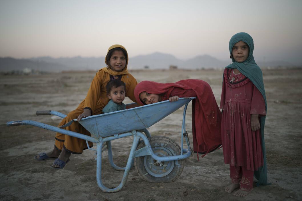 LEIR: Fire barn poserer for fotografen mens de leker i en omplasseringsleir i Kabul.