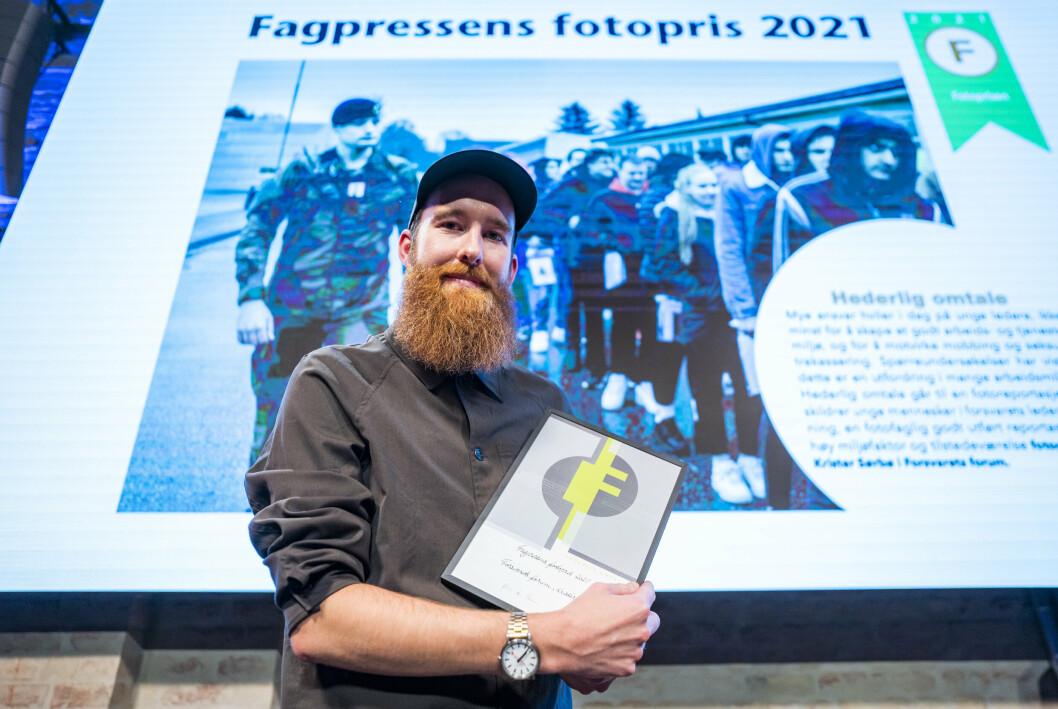 HEDER: Fotograf Krister Sørbø på scenen i Pressens hus for å motta hedelig omtale for sitt arbeid.
