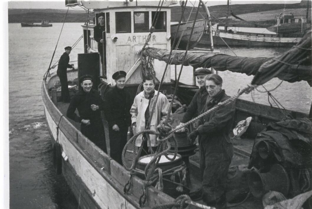 Eit uvanleg bilete frå krigen. Odd Sørlie og Arthur Pevik frå SOE-gruppa Lark fraktast over saman med SIS-agenten Bjørn Rørholt i kvit jakke. Begge skulle bli involvert i jakta og forsøka på å senke slagskipet «Tirpitz». Leif Larsen (Shetlands-Larsen) tok dei over, og gjorde seinare eit mislykka forsøk på å senke det tyske beistet.