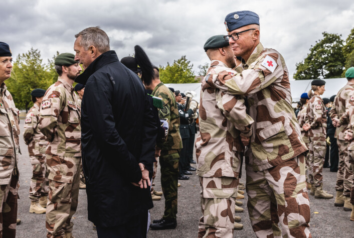 STOLTHET: Frank Bakke-Jensen sa at han var stolt over å være forsvarsministeren til personellet ved feltsykehuset i Kabul. Her ser vi også styrkesjef Bent Anders Salberg.
