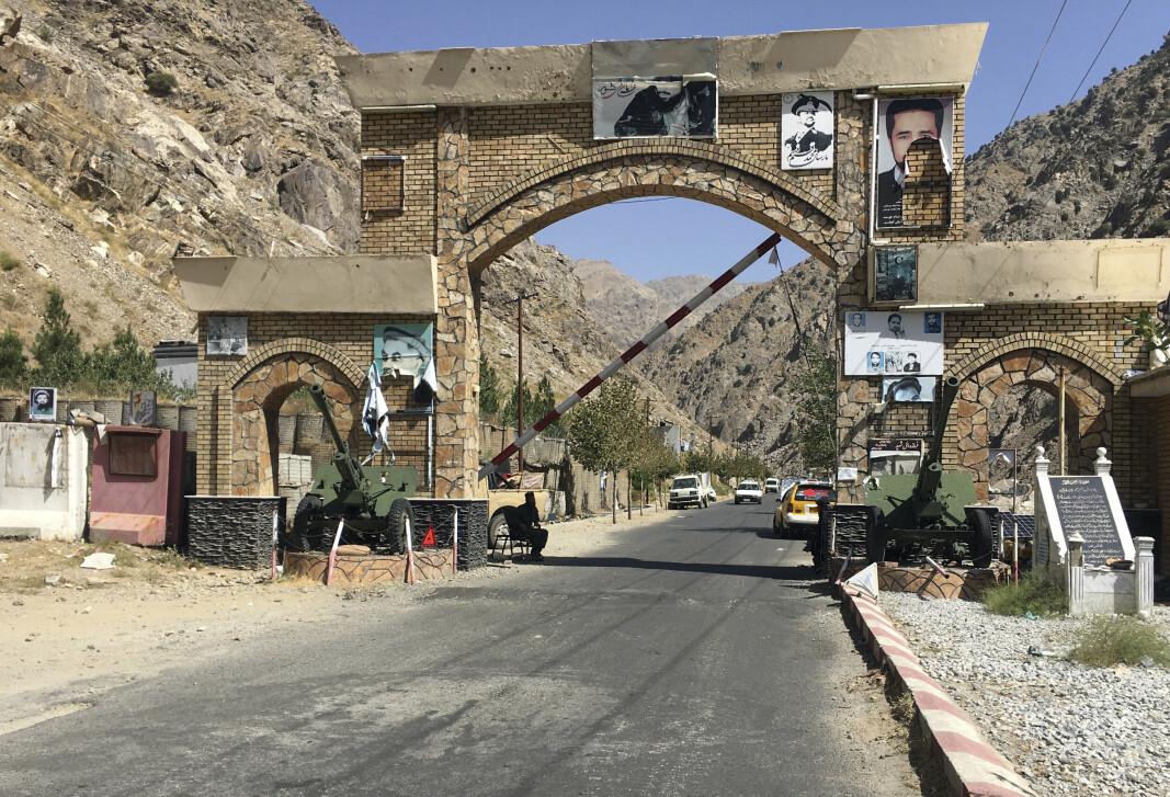 AFGHANISTAN: Taliban holder vakt ved en port inn til Panjshir nordøst i Afghanistan.