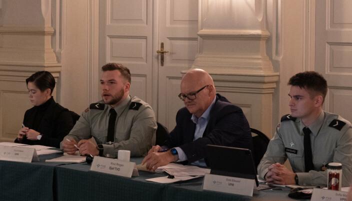 VIKTIG: Tord Kummeneje Eriksen (nr. 2 fra venstre) holder en orientering om neste års soldataksjon før de vernepliktige stemmer over tema.