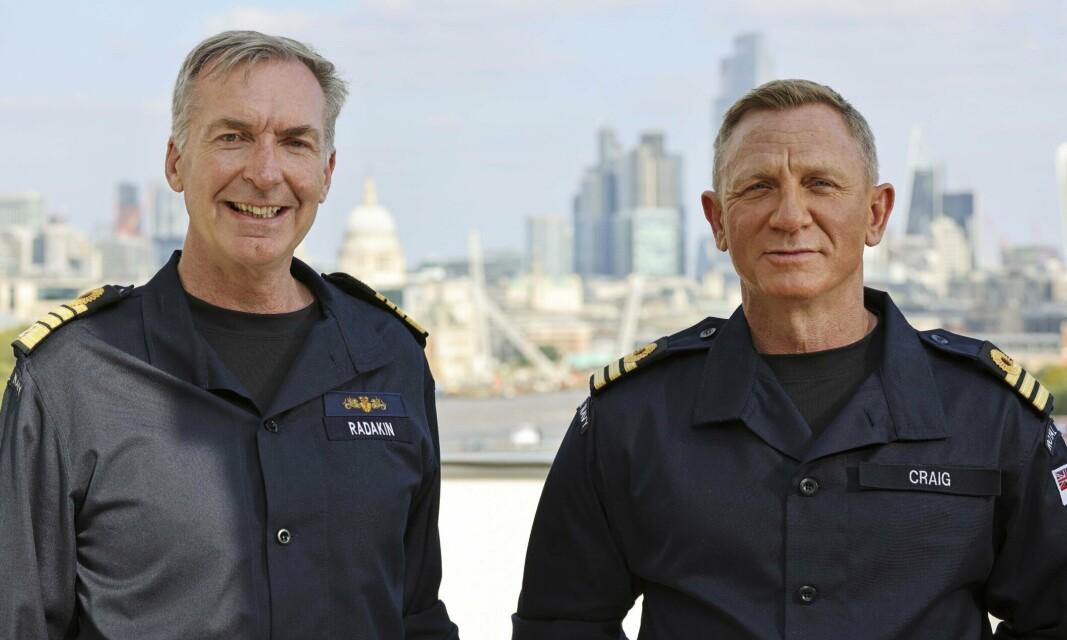 LONDON: Daniel Craig sammen med marinesjef Tony Radakin (t.v) i London.