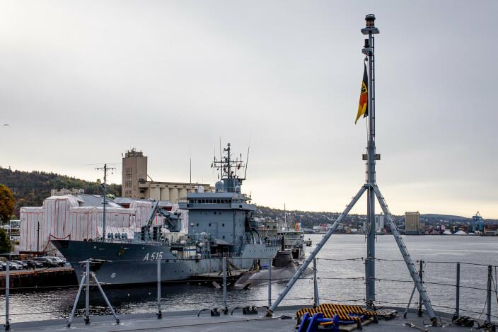 TIL KAI: Forsyningsskipet «Oste» og ubåten «U32» sett fra «Sachsen-Anhalt».