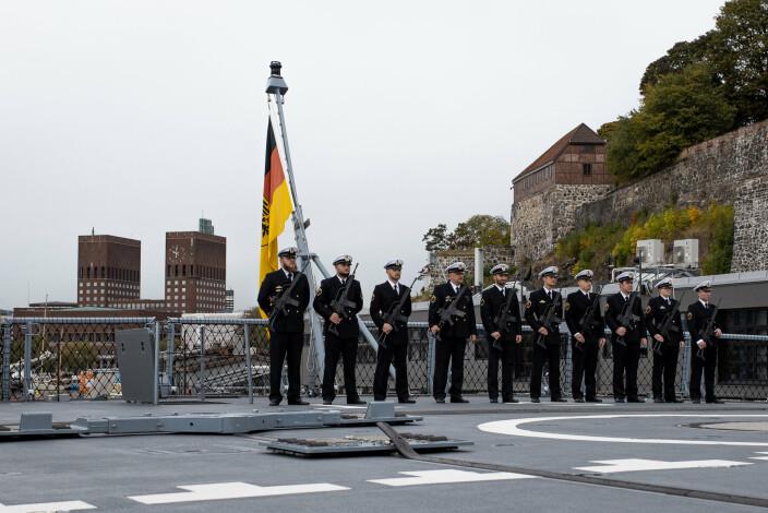 OPPSTILLING: Det tyske mannskapet på «Sachsen-Anhalt» sto fredag oppstilt på dekk. I bakgrunnen er Oslo rådhus.