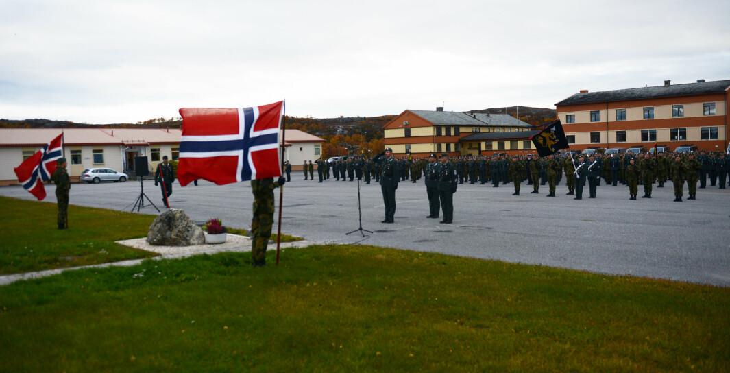 HUNDRE ÅR: Garnisonen i Sør-Varanger (GSV) står oppstilt i forbindelse med markeringen av GSV 100 år.
