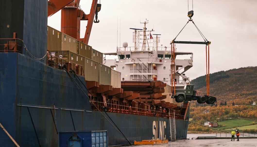 FELTSTYKHUS: Logistikkskipet SLNC York ligger til kai i Bogen i Evenes kommune. Der losses et amerikansk feltsykehus som skal kunne tas i bruk ved en krise- eller krigssituasjon.