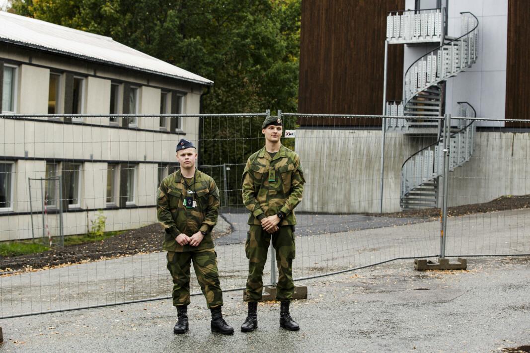 VIL FLYTTE: Tomas Haugnes (t.v.) og Josef Reindal vil at soldater på Kolsås skal kunne flytte inn til den nye kasernen til høyre.