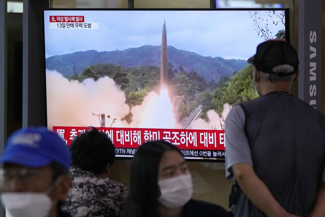 TEST: En TV-skjerm ved Seoul jernbanestasjon i den sørkoreanske hovedstaden viser arkivbilder av en raketttest mens det meldes om en ny test fra nabolandet i nord.
