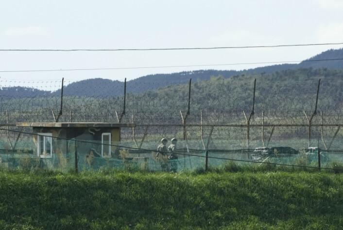 PÅ GRENSA: Sørkoreanske soldater patruljerer grensa mot Nord-Korea. Nesten samtidig som meldingene om prosjektilet kom, sa Nord-Korea i FN at landet har rett til å teste våpen.