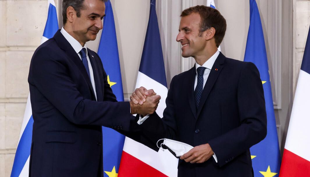 AVTALE: Hellas' statsminister Kyriakos Mitsotakis og Frankrikes Emmanuel Macron tok hverandre i hånden tirsdag etter at landene hadde signert en ny forsvarsavtale.