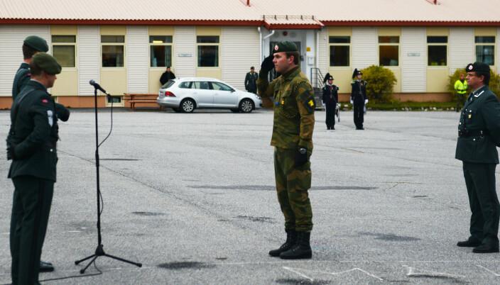 SKYTTER: Andreas Nordvik får sjef Jegerbataljonens coin for sine prestasjoner i militært skytter-NM