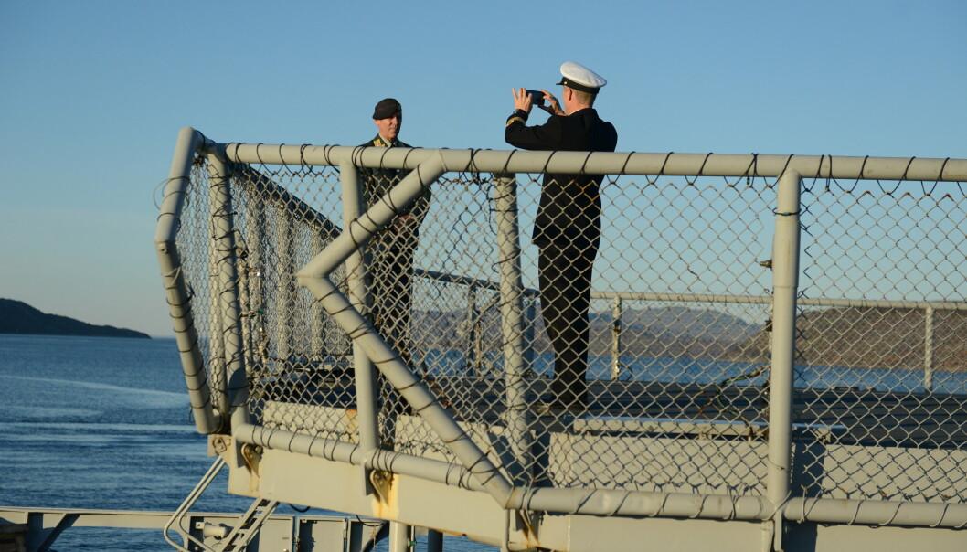 FOTOGRAFERT: Generalløytnant Odlo sørget for å få et bilde av seg selv med det russiske skipet i bakgrunnen.