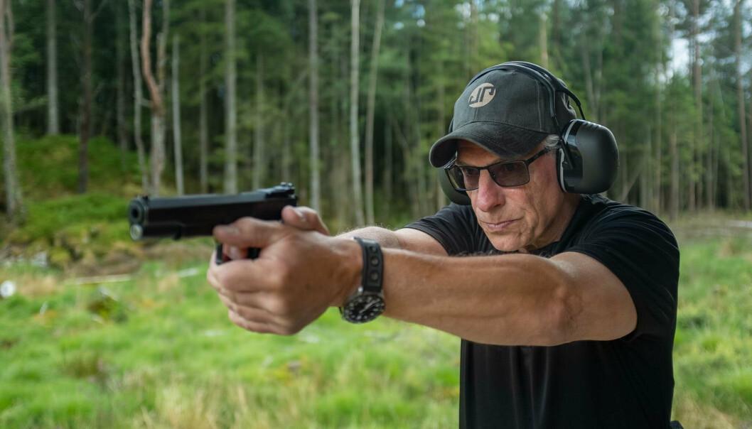 TREFFSIKKER: Flemming Pedersen har blitt tildelt Forsvarsmedaljen. 62-åringen begynte som instruktør på 90-tallet, men holder fortsatt enkelte kurs i Forsvaret.