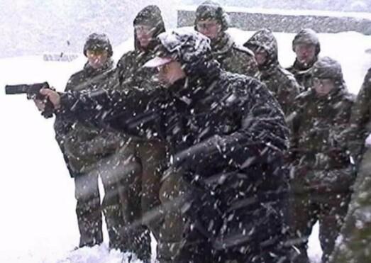 KURS: Flemming Pedersen på kurs med soldater som skal tjenestegjøre i Bosnia.