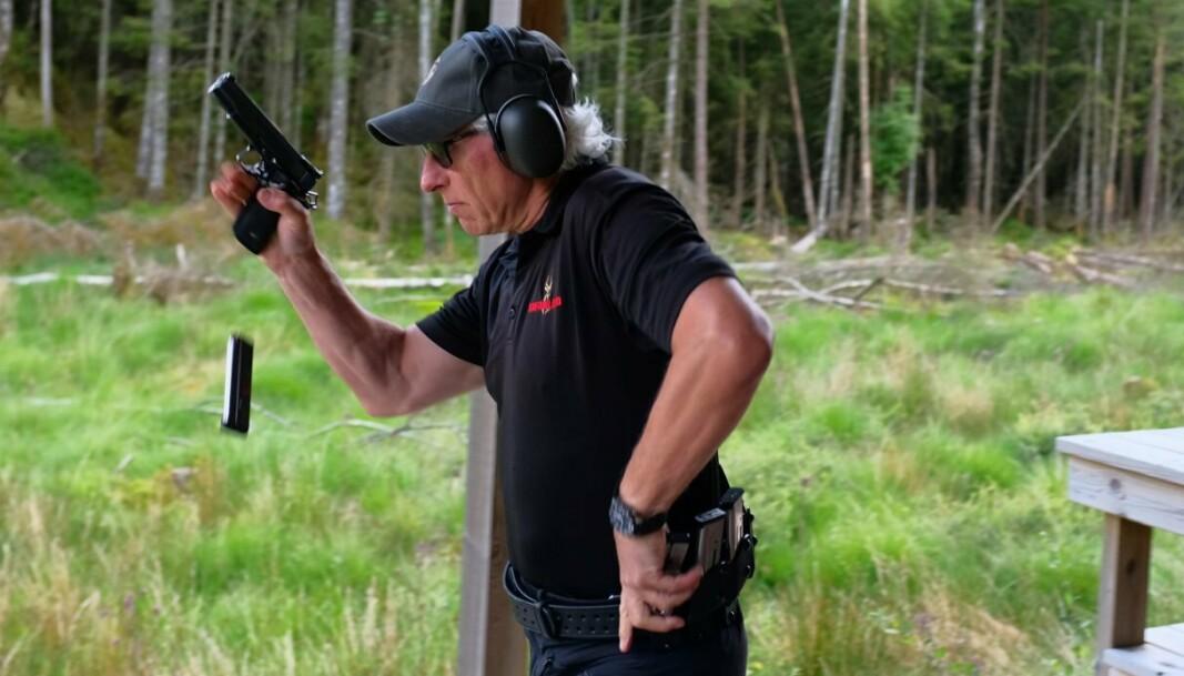 KJAPP PÅ AVTREKKEREN: Flemming Pedersen har vært på det norske landslaget i 20 år og konkurrerer innen dynamisk pistolskyting.